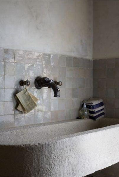 Zellige Dans La Deco Salle De Bain En Carreaux Blancs Baignoire En Pierre Bathroom Inspiration Modern Bathroom Bathroom