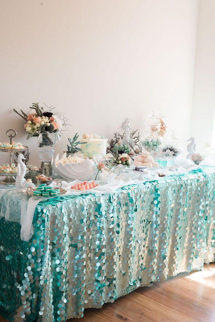 Sweet table pour un thème d'anniversaire aquatique : coquillages, étoiles de mer, crustacés, poissons. Toute la décoration et la vaisselle à retrouver sur www.rosecaramelle.fr #mermaid #sirene #deco #fete #party #anniversaire #birthday #kids #enfants #table #enfants #mer