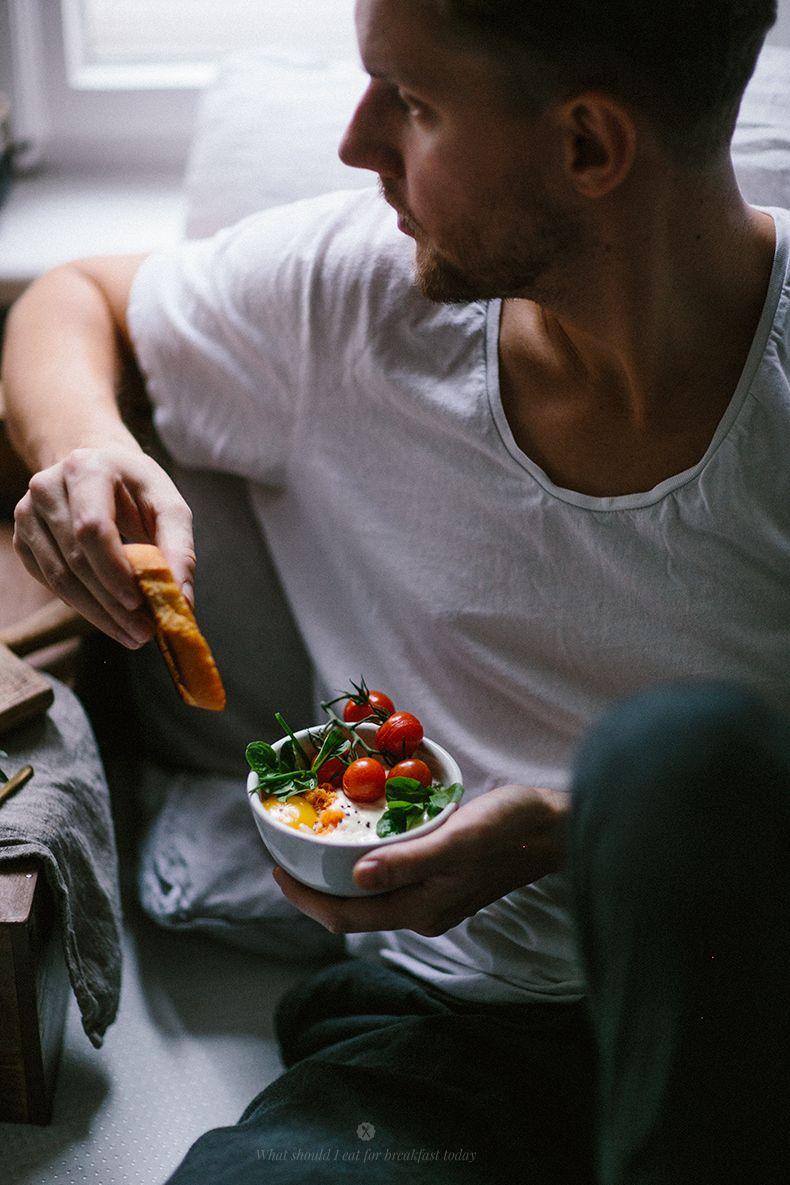 Frühstück in einem bequemen Bett mit gebackenen Eiern / Marta Greber