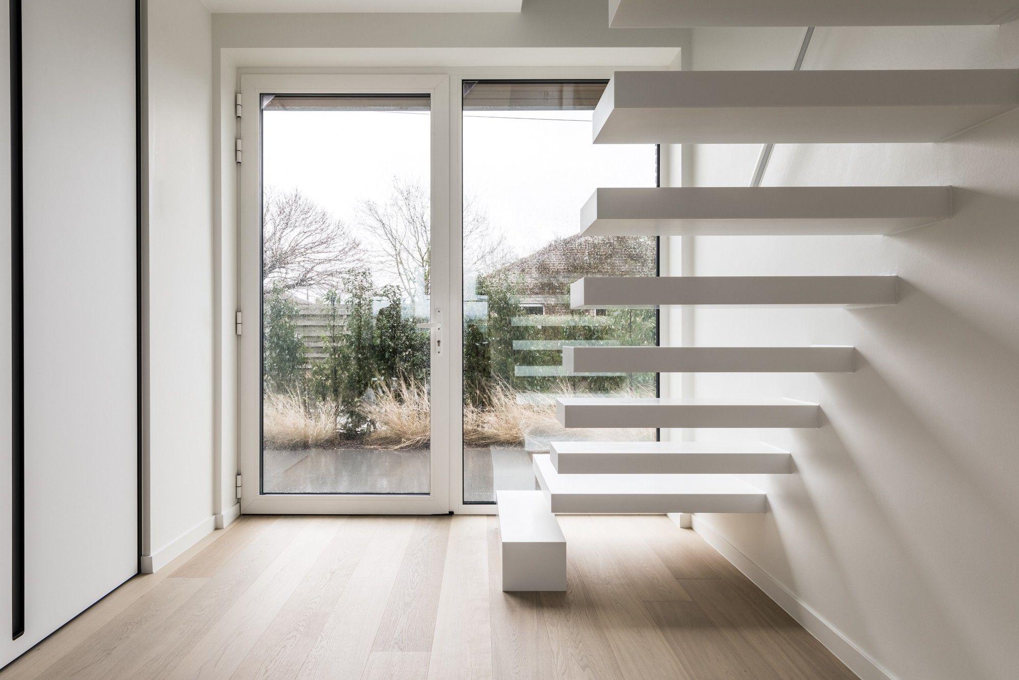 De wallclimber white is een witte zwevende trap constructie van