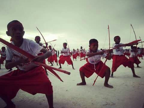 Traditionele Keiese dans/cakalele,Anak² Pasir-Panjang Long Beach-Maluku, Indonesia.