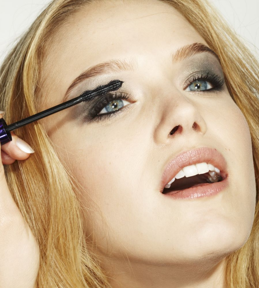 Feature, step make-up eyes