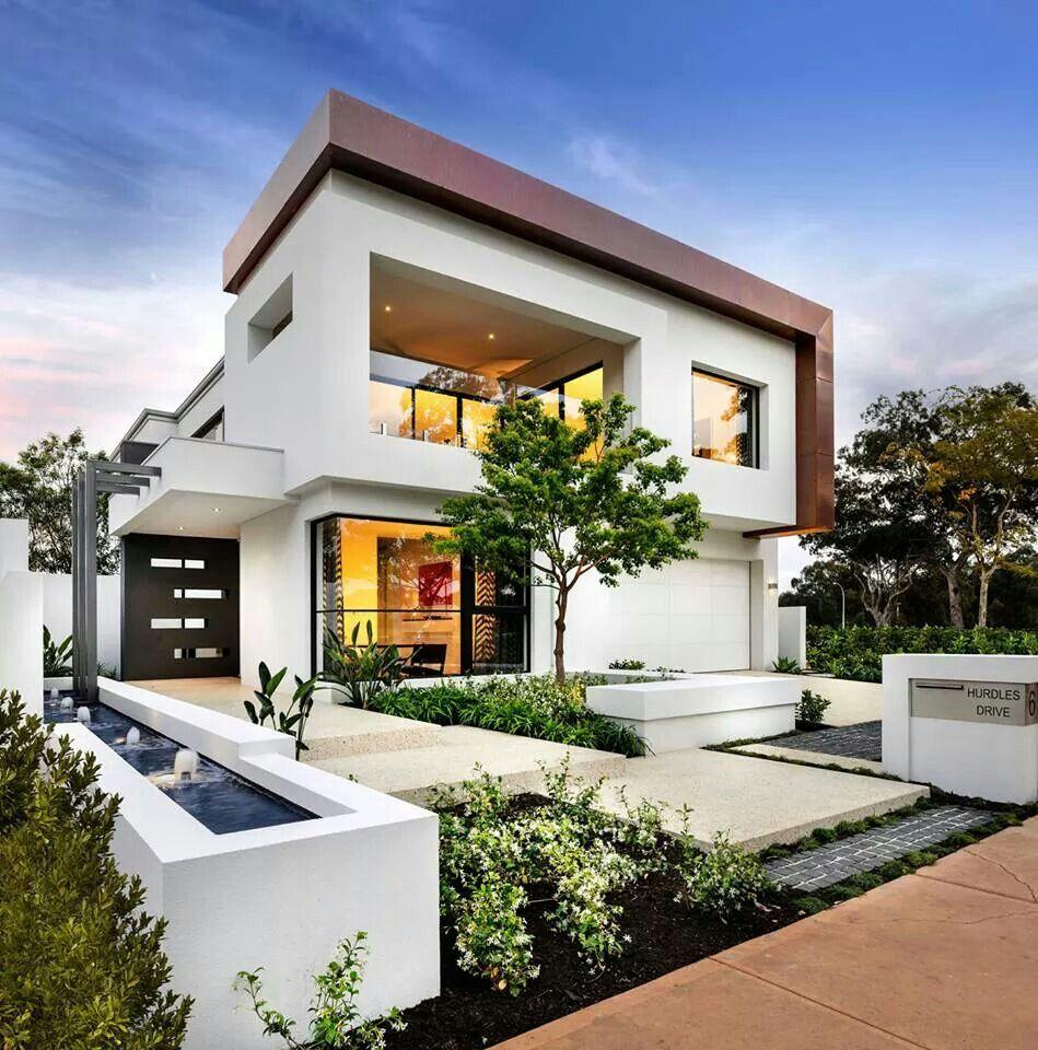 Contrasto colore tetto e volumi architettura casa for Case contemporanee