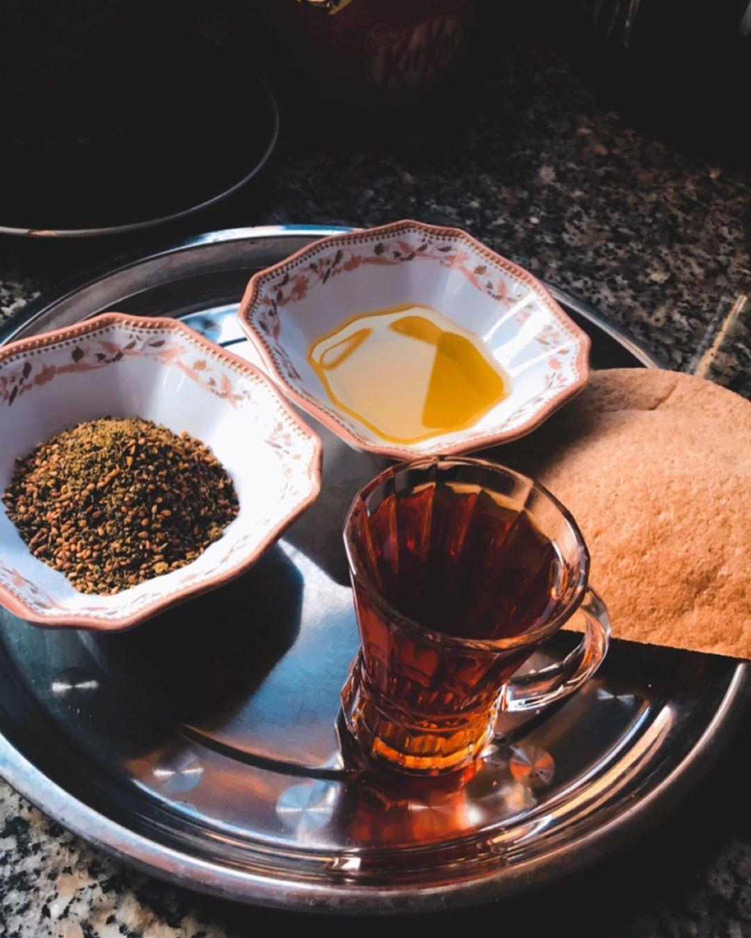 صباح الزعتر الأخضر مع زيت الزيتون وكاسة شاي وصحة وهنا للجميع زعتر أخضر زعتر زيت وزعتر Tableware Glassware Kitchen