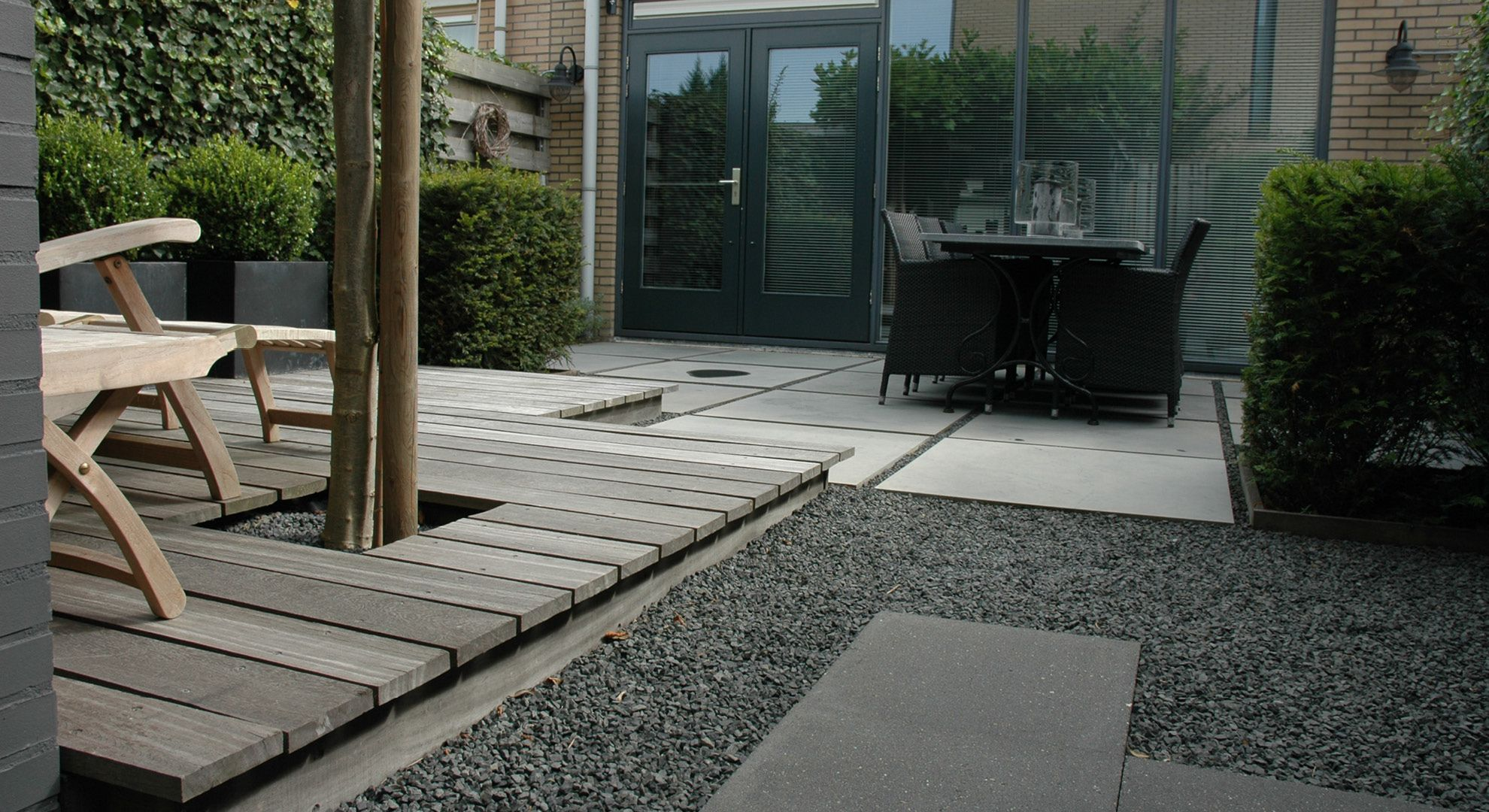 Rodenburg tuinen moderne achtertuin met vlonder deze kleine achtertuin heeft elementen die de - Hoe aangelegde tuin ...