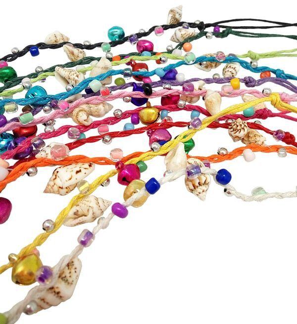 Pulseras con unos alegres colores y sonoros cascabeles decoradas con unas caracolas, ideal como regalo de comunion para las niñas