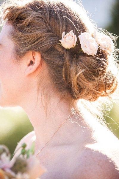 Au bout des cheveux Une fleur Coiffure mariée, Jolie