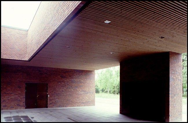 Bispebjerg krematorium Indkørsel for rustvogne I anlæggets nordøstlige ende er indrettet en lysgård hvor rustvogne i diskretion kan aflevere deres last, der modtages gennem dørpartiet basgerst i billedet.