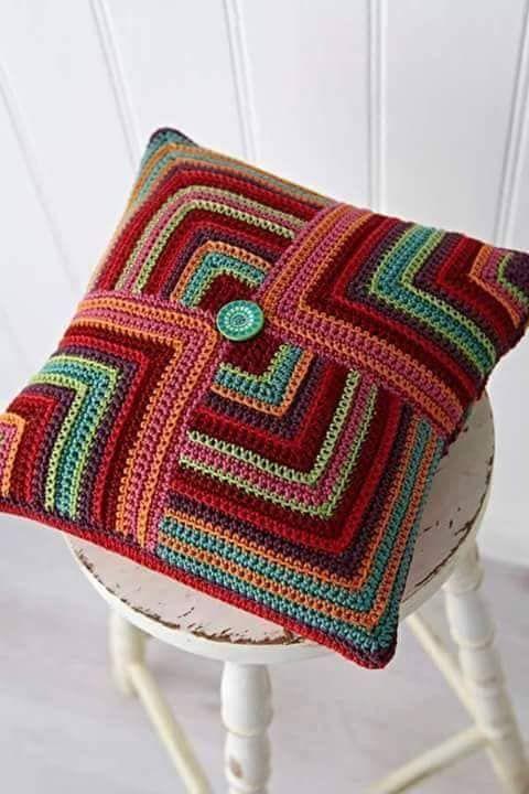 Au Crochet Un Coussin Geometrique La Grenouille Tricote En 2020 Coussin Geometrique Coussin En Tricot Coussin Au Crochet