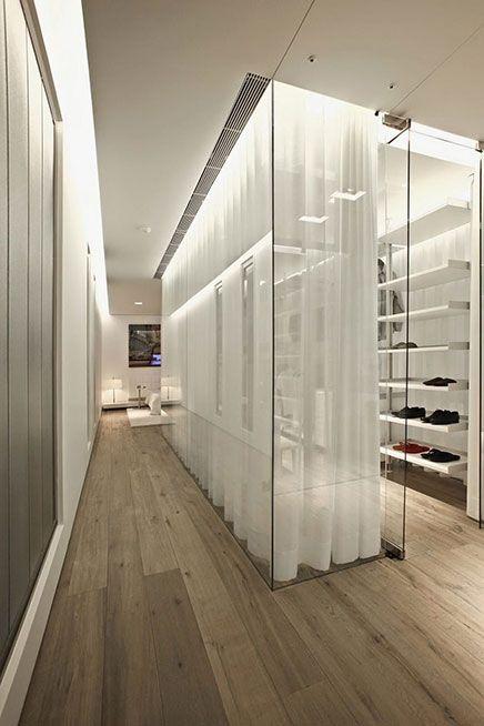 Moderne Begehbaren Kleiderschrank Von Glas Luxusschlafzimmer