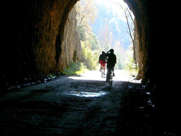 Saliendo De Uno De Los Tres Tuneles De La Via Verde Ruta En Bici