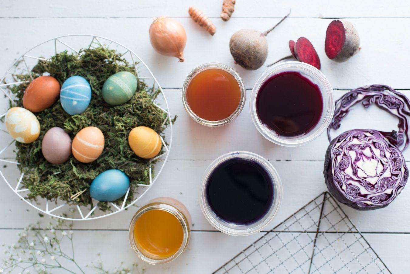 Colorer des oeufs à l'occasion de Pâques est une activité amusante à faire avec les enfants, et en plus, ça ajoute une belle touche de couleur à votre tablée. Vous n'aimez pas particulièrement les couleurs trop éclatantes des colorants commerciaux ? On vous propose ici des recettes de colorants faits à base de légumes.   On vous propose aussi quelques ...