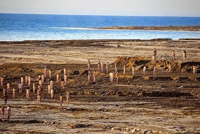 1000 blote mensen op de foto bij de Dode Zee