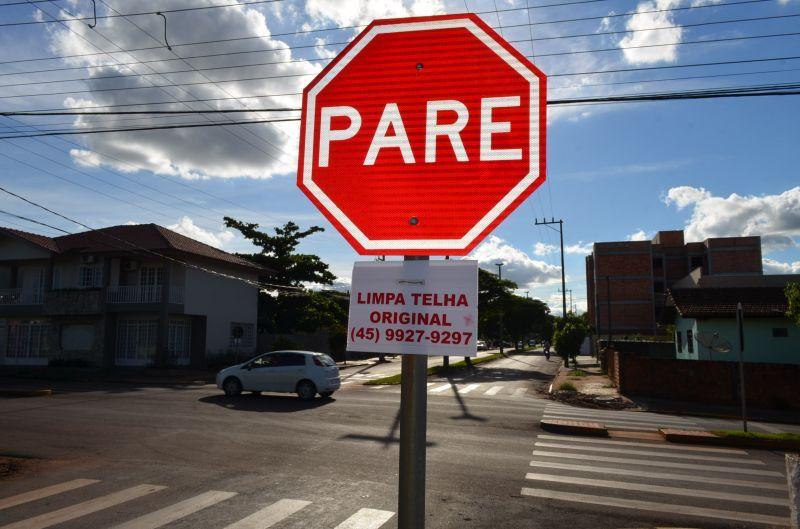 Resultado de imagem para placas de sinalização na rua