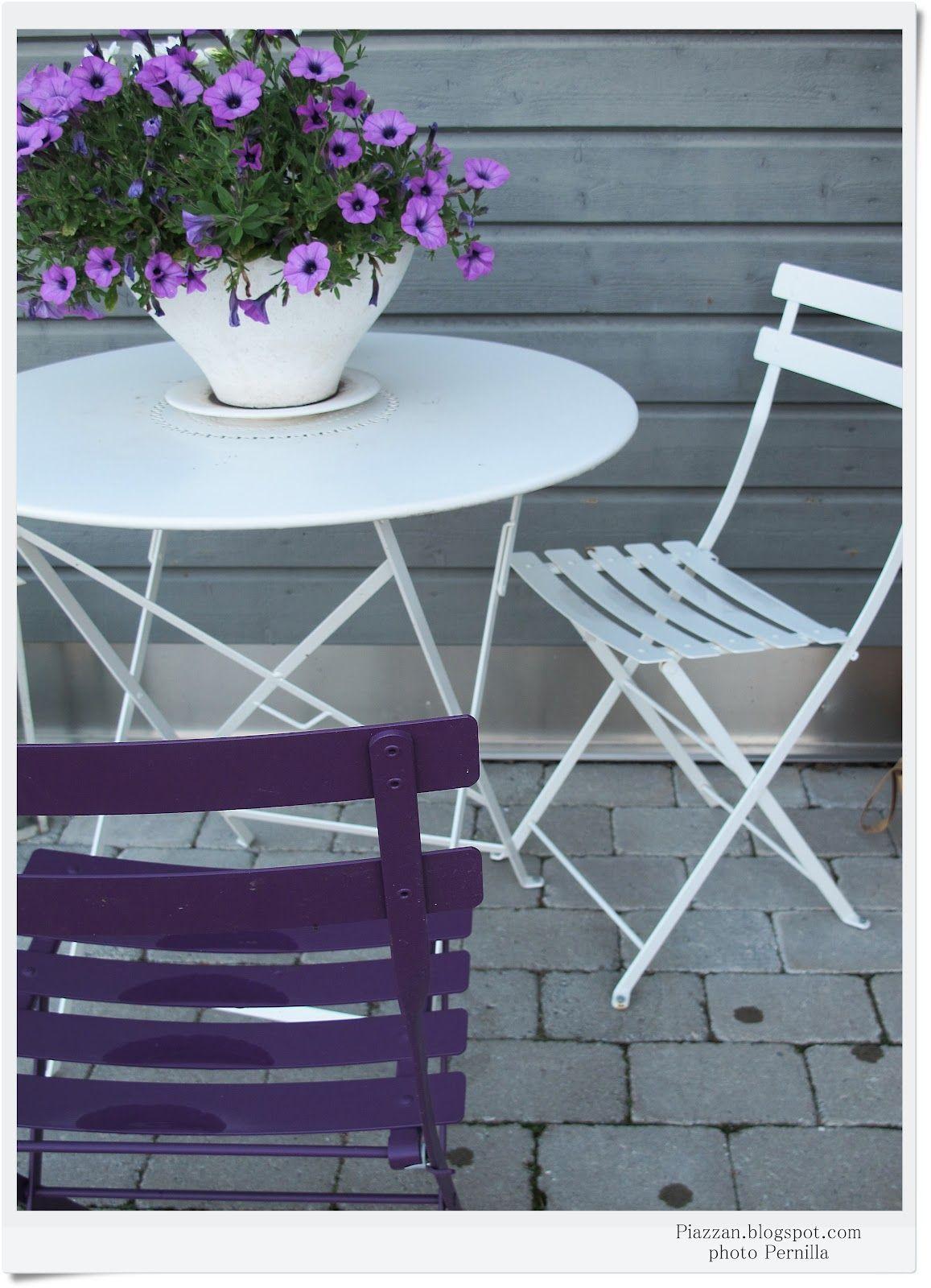 #Terrasse avec table #Floréal et chaises #Bistro #Blanc coton et #violet #Aubergine #Fermob www.fermob.com