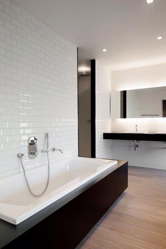 Wit/zwart badkamer met de leuke metrotegels | badkamer | Pinterest ...