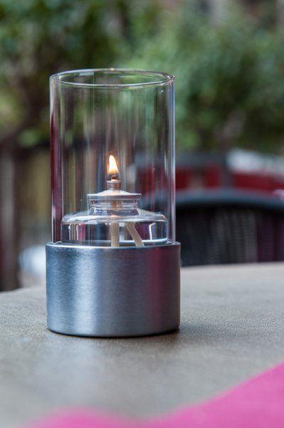 98646312f42 Este porta velas consiste en una base metálica y una pantalla de cristal  transparente. Dentro