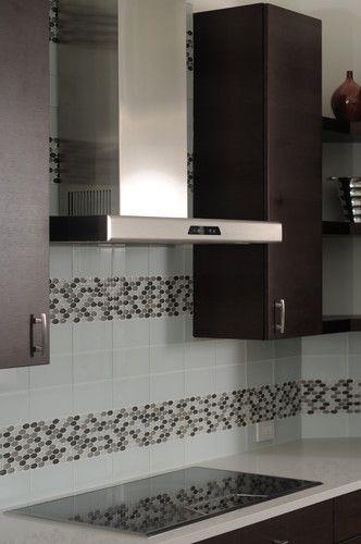 Muy moderna estufa electrica y con extractor de metal.
