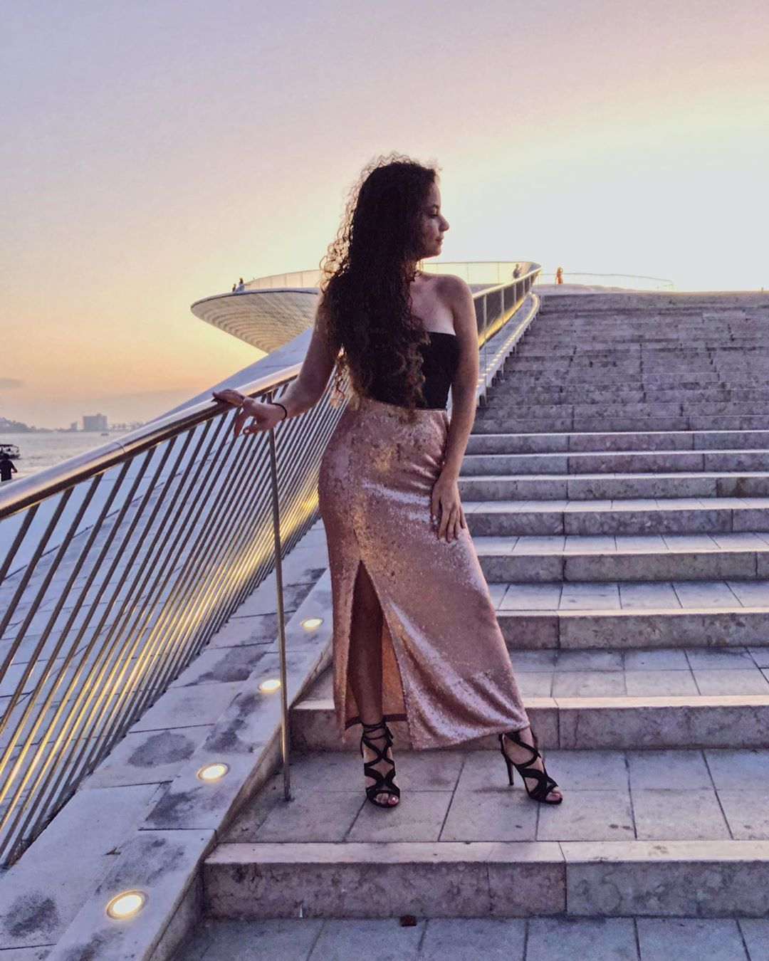 Lisboa e o pôr do sol 🌅... *e a saia que encontrei na @zara  Obrigada pela paciência amor 📸😅 @adrianodimulo . . . . . . . . #style #daily #otd #outfitsideas #outfits #instagramer #fashiontrends #curl #curls #blueeyes #eyeshadow #makeuplover #hairstyle #curlyhairstyle #instadaily #influencers #lipstick💄 #portugal #cachos #summeroutfit #bershkastyle #heaven #makeuplover #makeup #makeupoftheday #iphone8plus #nightout