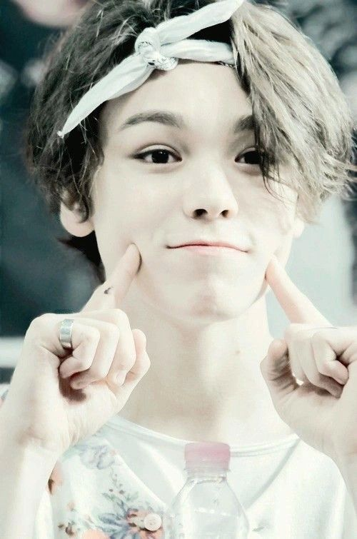 Hansol) OK who wants to be my roommate?.............................. Dont raise your hands all at once