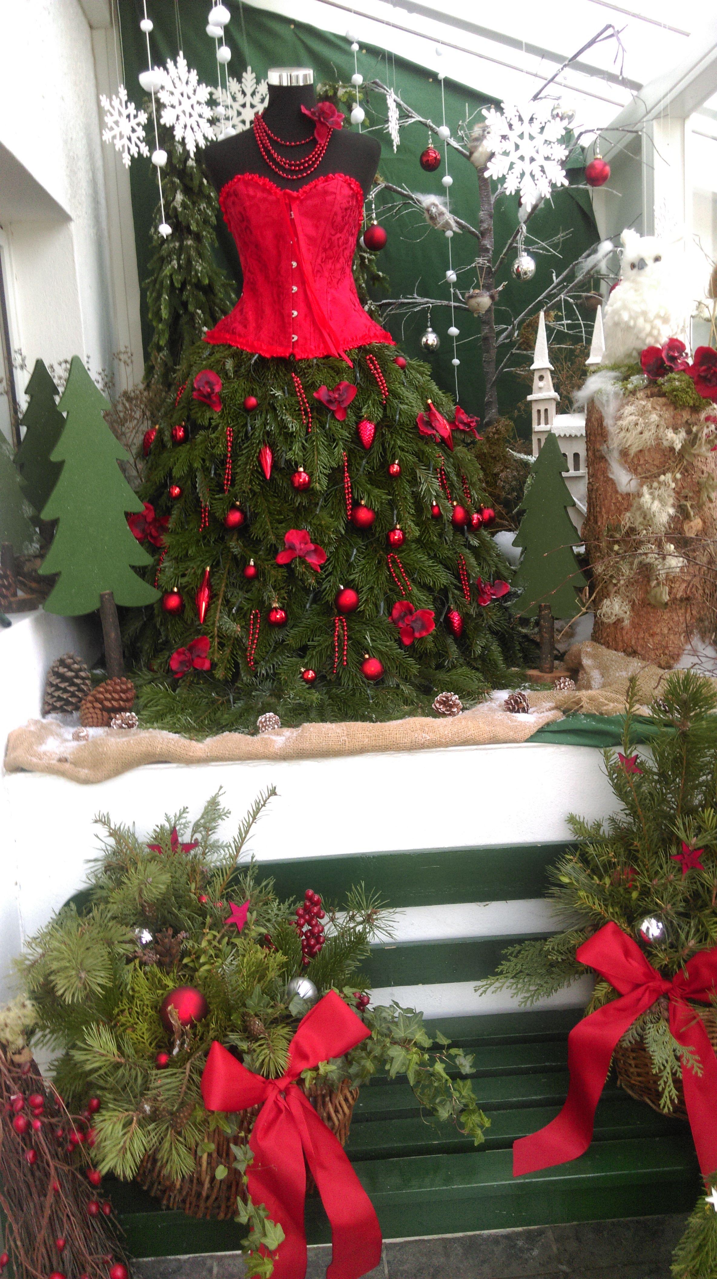 Kleid aus Tannenzweigen als Weihnachtsschmuck vor der ...