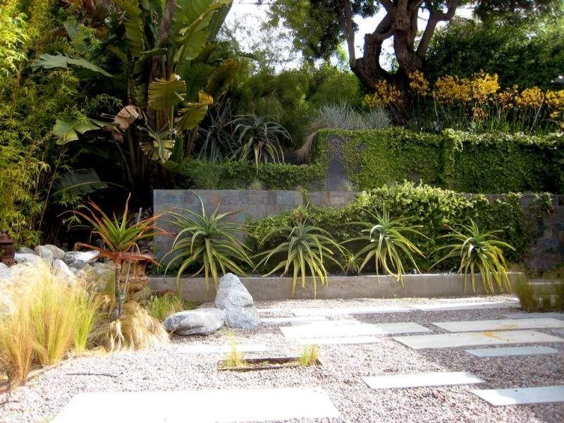 Garten am Hang mit Stauden, Kletterpflanzen und Naturstein - garten am hang