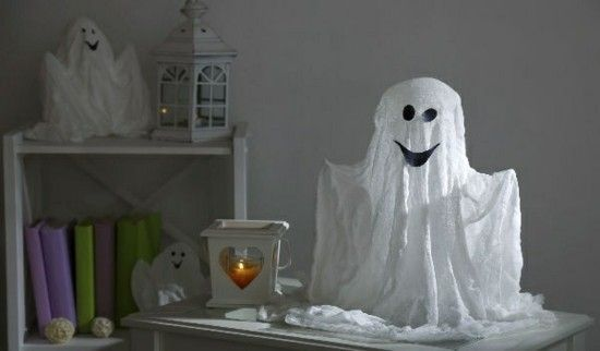 Gespenster basteln - 70 einfache und originelle Dekoideen zu Halloween #geisterbasteln kreative Geister zu Halloween basteln mit Mulltuch #geisterbasteln