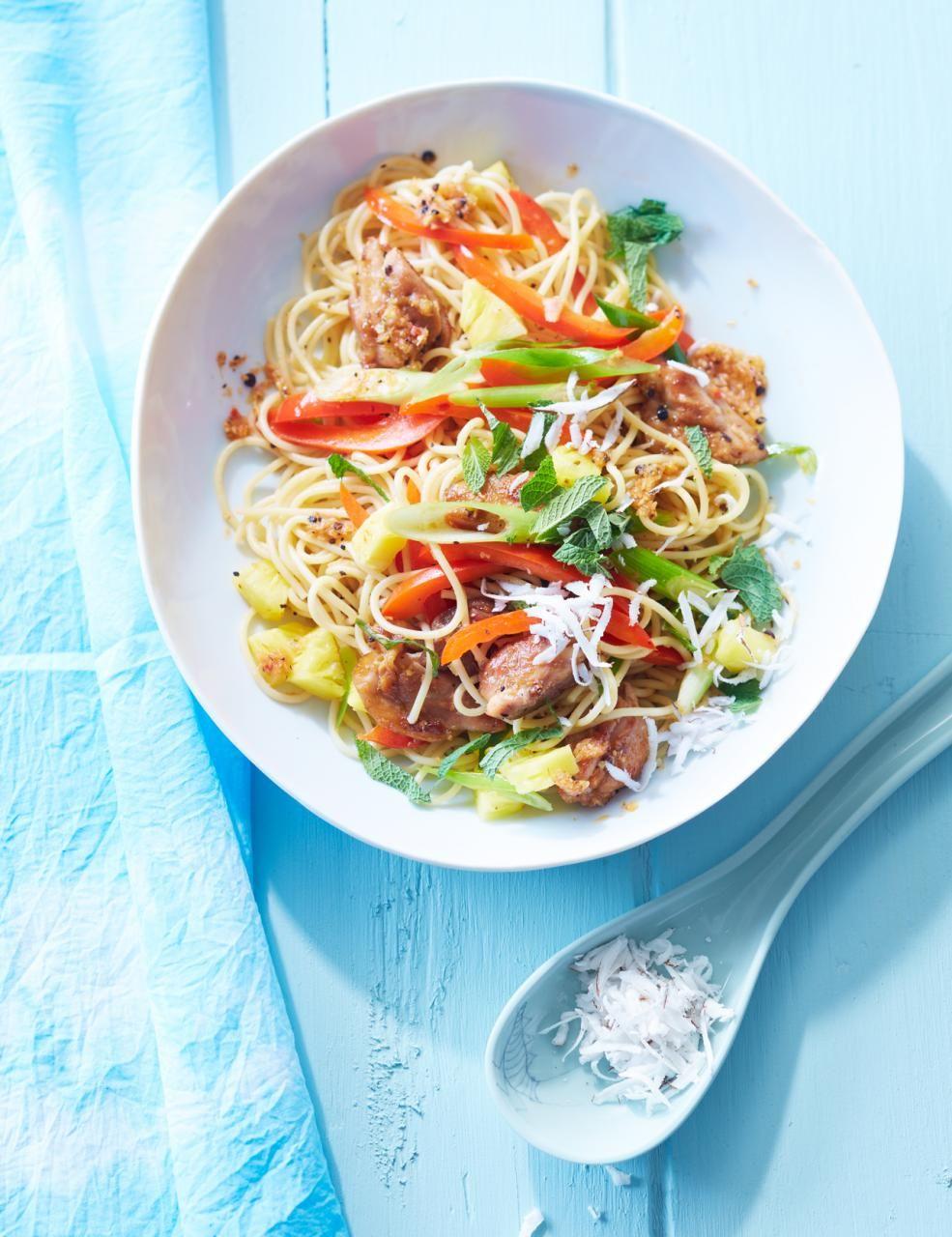 Ananas und Kokosnuss in Kombination mit würzigem Hähnchen und heimischem Gemüse peppen Spaghetti auf.