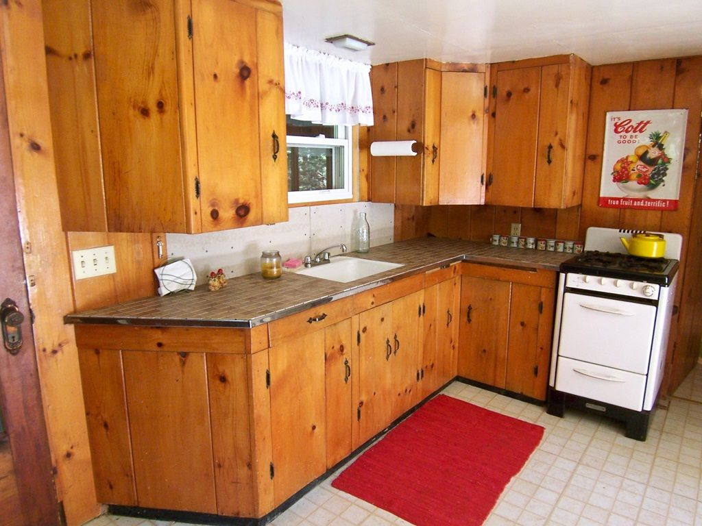 Pine Kitchen Cabinets An Aesthetic Appeal And A Gorgeously Distinctive Look Pine Kitchen Cabinets Knotty Pine Kitchen Kitchen Cabinets