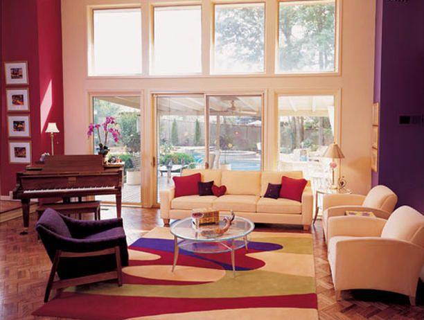Durf met Kleur in je huis! Paars en rood gecombineerd met rustig wit voor de woonkamer.