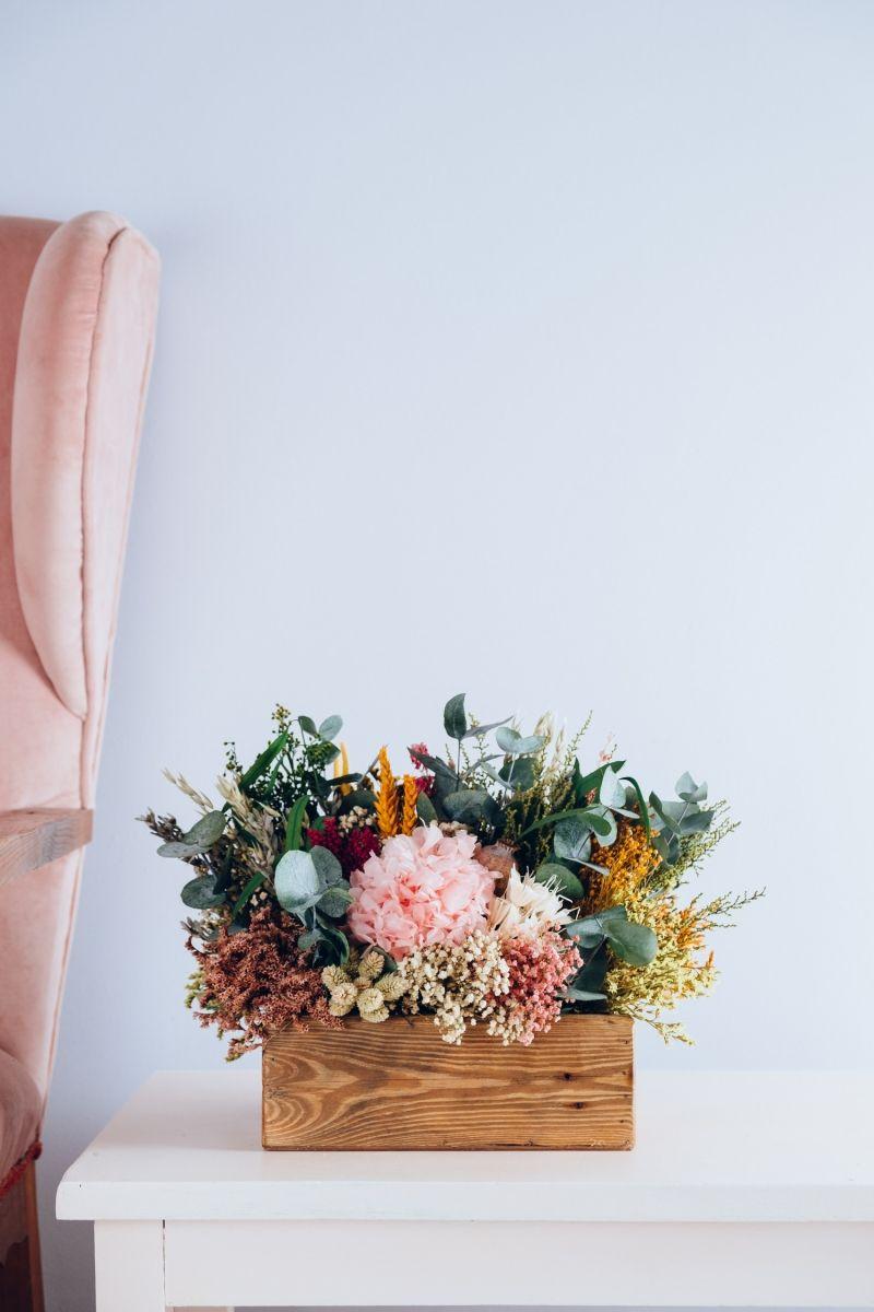 Centro De Flores Preservadas En Caja De Madera Rústica Blanca Centros De Flores Flores En El Columpio Arreglos De Flores Secas