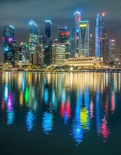 Singapore: The Marina Bay waterfront at night (Photo by:  Prachanart Viriyaraks)   Singapore Photo Guide