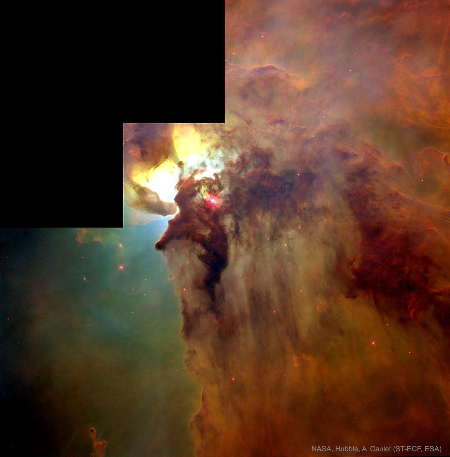 El centro de la nebulosa Laguna es un espectacular remolino de formación estelar.  En la parte inferior izquierda se ven al menos dos nubes largas en forma de embudo, cada una de una longitud aproximada de medio año luz, formadas por vientos estelares extremos y la intensa y energética luz estelar. Hershel 36, la estrella cercana y extremadamente brillante, ilumina la zona.