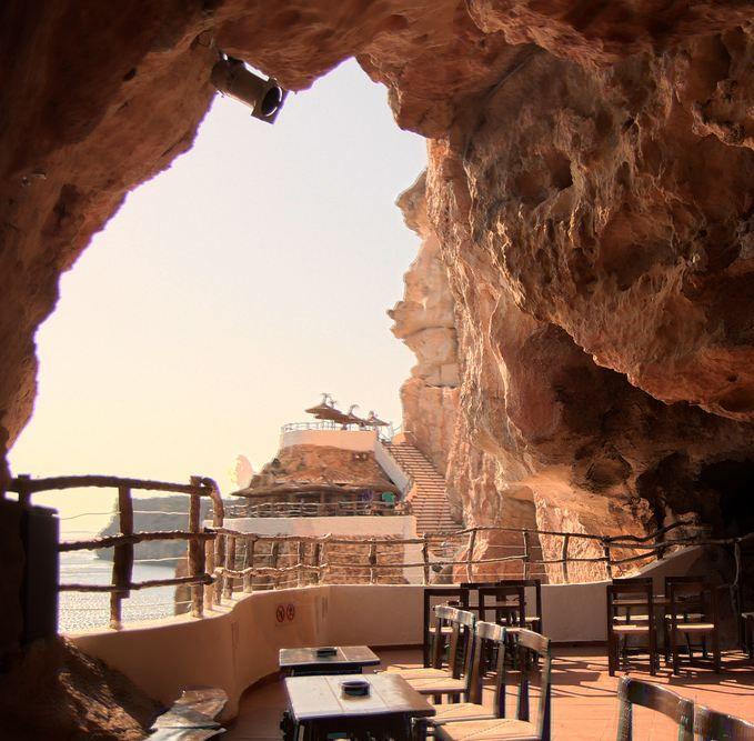 Place: Cueva de Xoroi (discotheque in cave), Menorca / Balearic Islands, Spain. Photo by:  David Pérez (flickr)