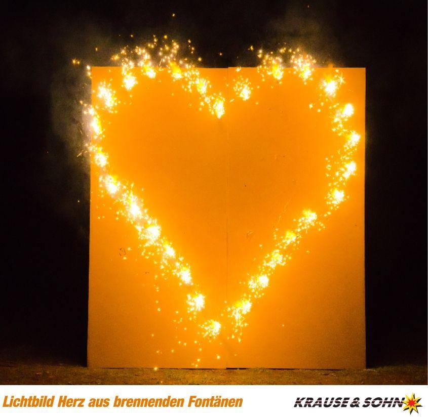 Brennendes Herz Ein Schones Geschenk Zur Hochzeit Um Einen Antrag Zu Machen Oder Zum Valentinstag Hochzeit Feuerwerk Wunderkerzen Hochzeit Feuerwerk