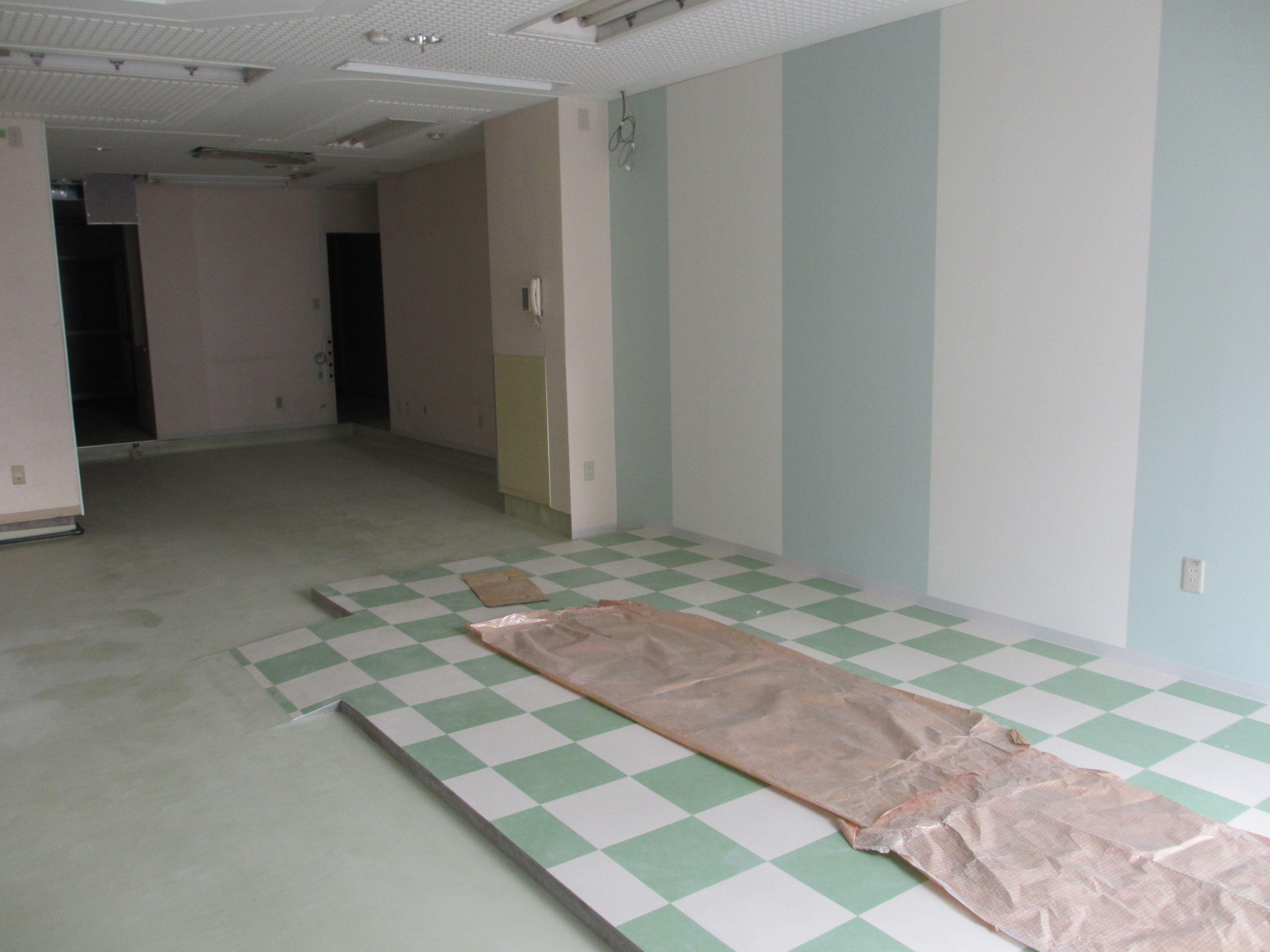 430Days Petit 本店営業部内装の様子  クロスはマシュマロとペパーミントのストライプ、2年生職員のセレクトです。