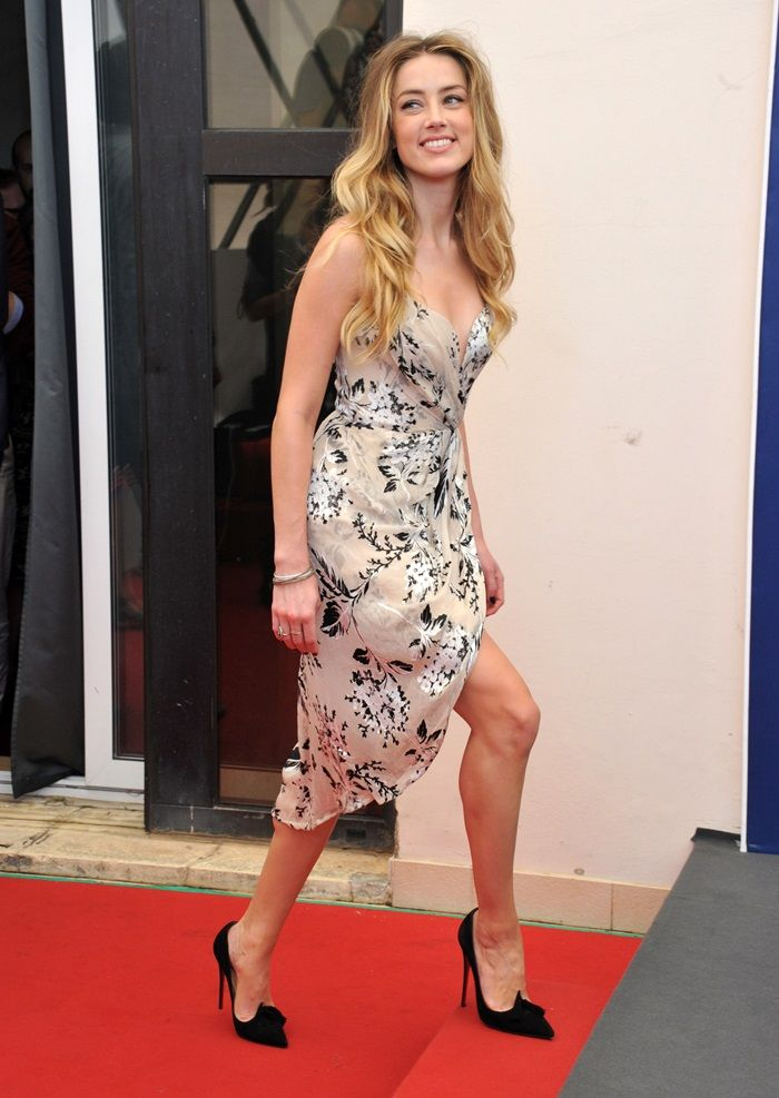 2487ebd72c2684 Amber Heard Is All Smiles in Zimmerman Dress and Christian Louboutin