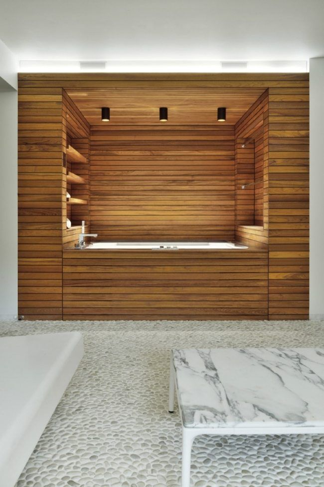 Bad design holz verkleidung badewanne regale kieselstein for Bad design holz
