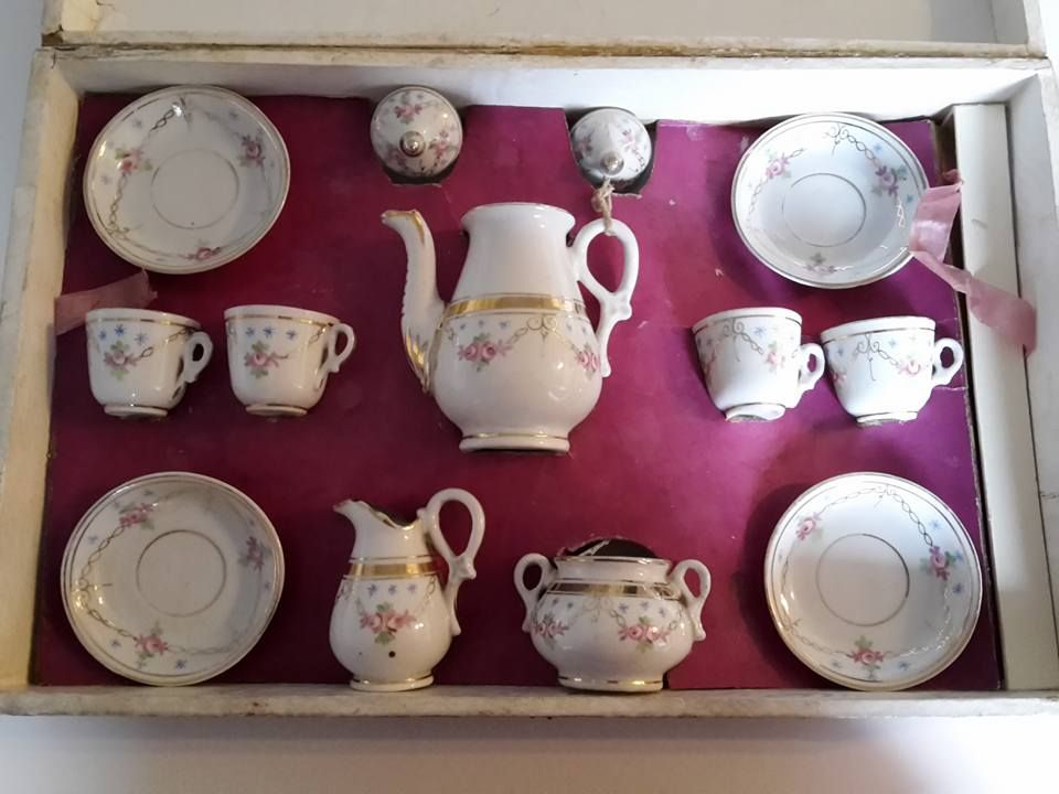 Childs dolls Teaset Pre 1950s In original red hinged lidded box. (16)
