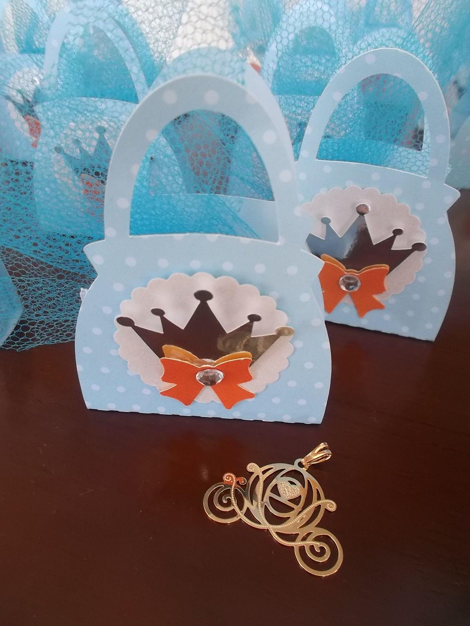 Bolsinhas da princesa Cinderela com pingente exclusivo de Carruagem . Lembrancinha Festa Cinderela