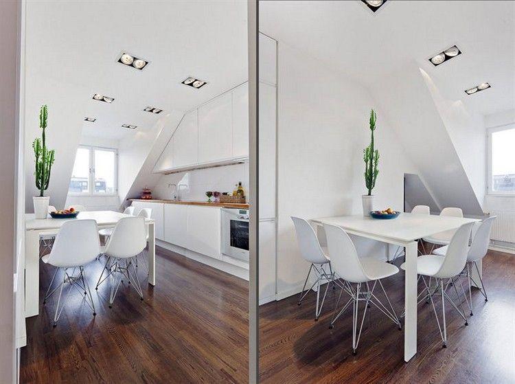 Kleine Kuche Mit Essbereich In Weiss Gehalten Dunkler Holzbodenbelag Mobel Fur Dachschragen Raume Mit Dachschragen Kleine Wohnzimmer