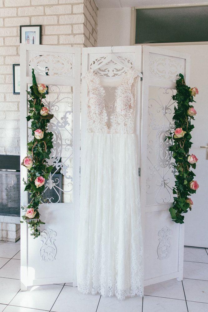 Brautkleid Mit Spitze Verspieltes Hochzeitskleid Etwas Besonderes Fur Die Hochzeit Gartnerei Rickenbach Kg Brautkleid Spitze Schone Brautkleider Hochzeit