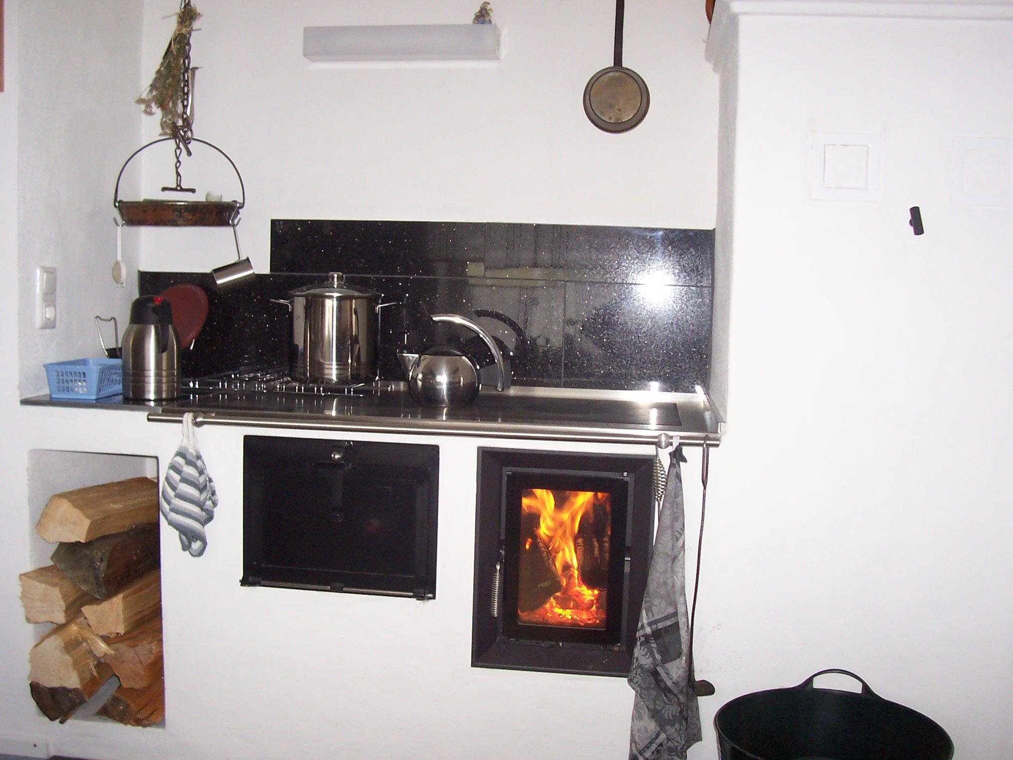 Der Ofen ist unser Mittelpunkt im Haus. Wir kochen den ganzen Winter ...