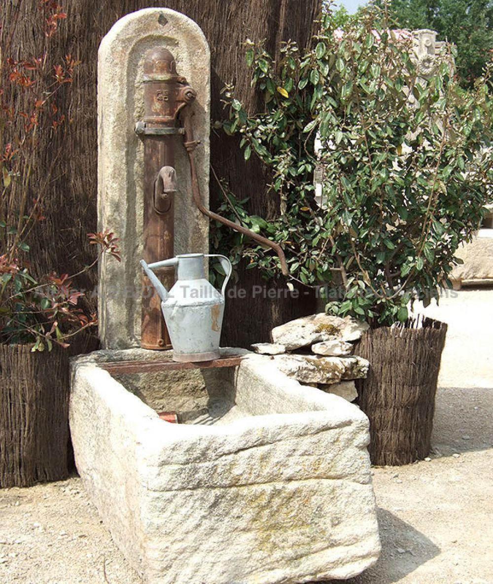 petite fontaine une fontaine de jardin vendue avec pompe ancienne et bac en pierre monolithe. Black Bedroom Furniture Sets. Home Design Ideas