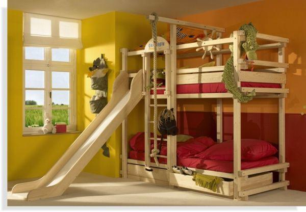 Kinderzimmer mit einem hölzernen bett design mit rutsche ...