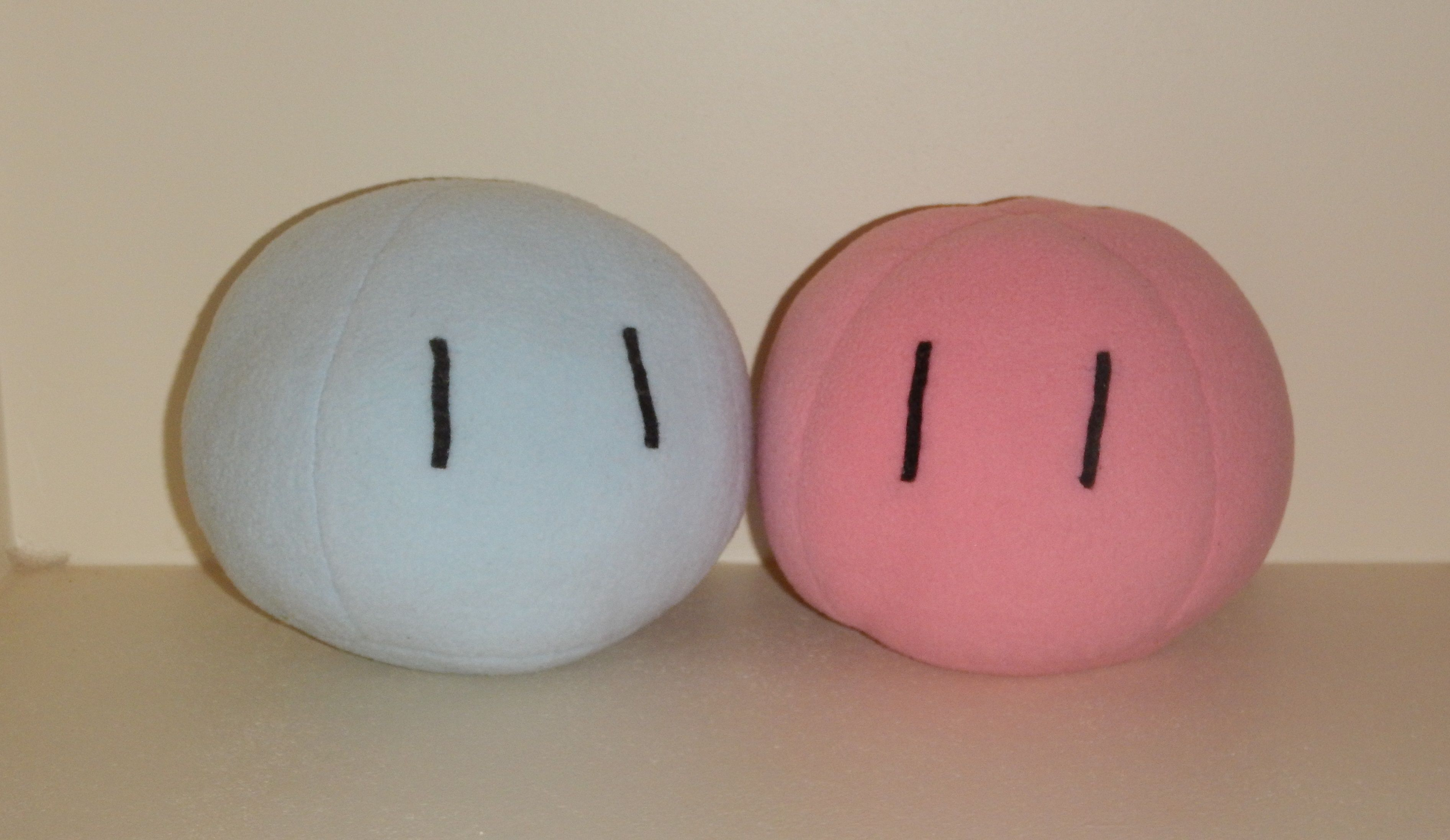 I made a medium sized blue dango to go with the pink one :D You can buy these dangos and heaps more at heirofblack.etsy.com