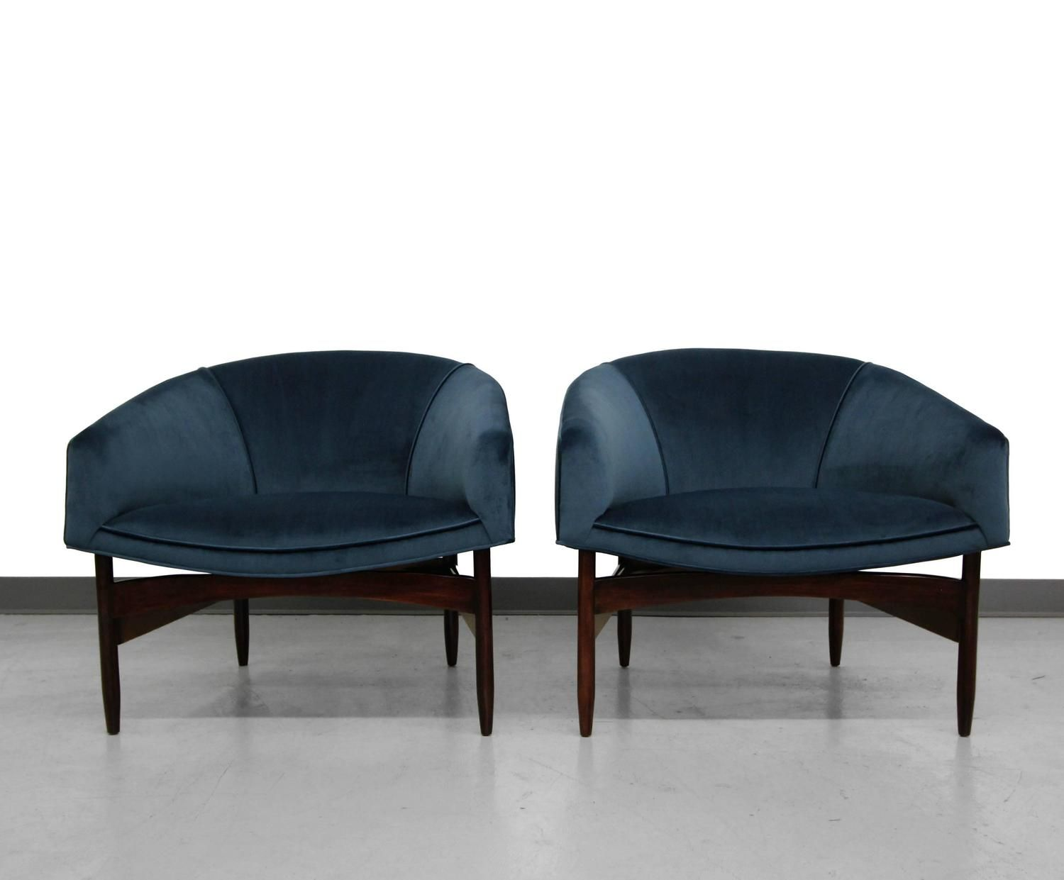 Pair Of Mid Century Lounge Barrel Chairs By Lawrence