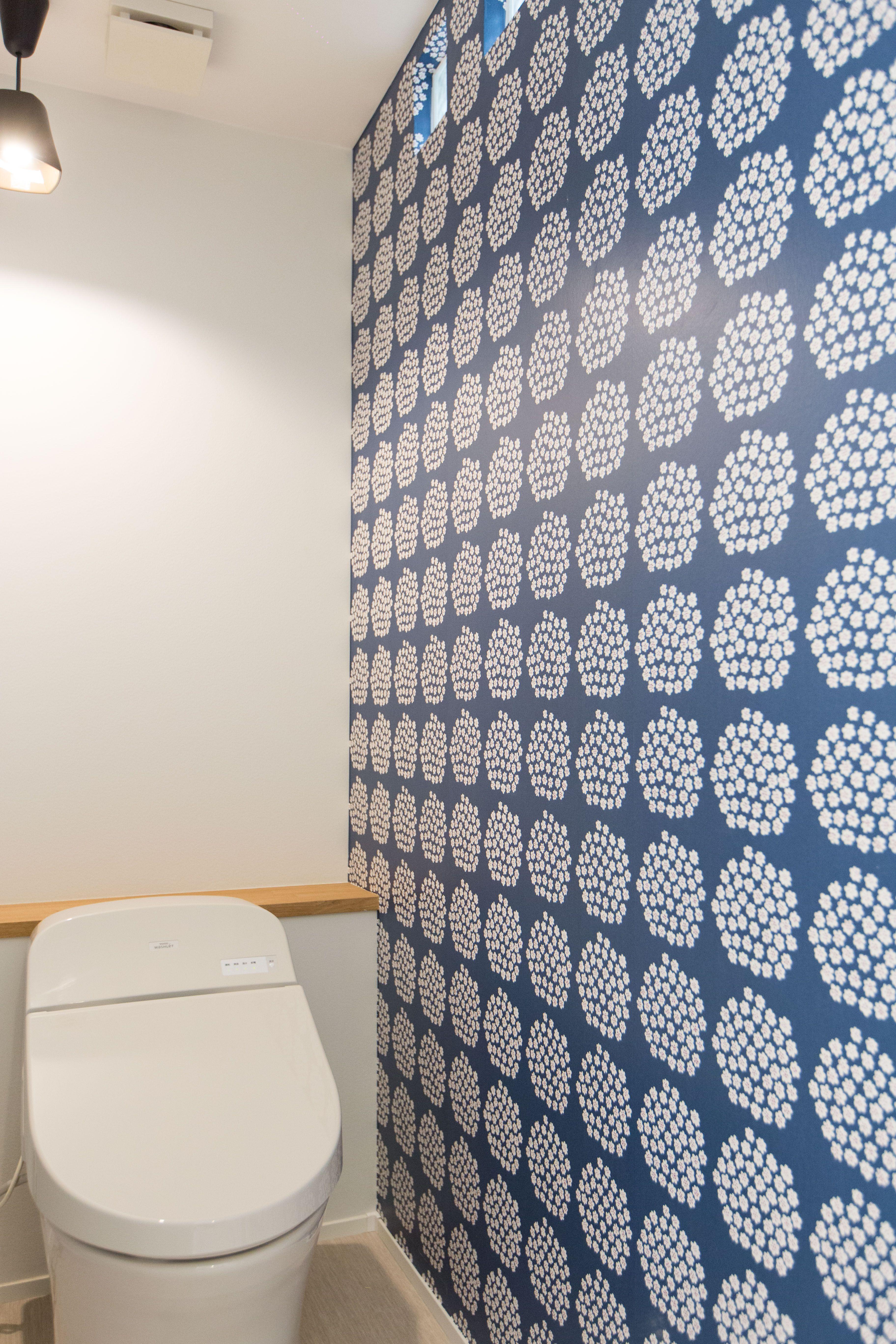 トイレの壁はマリメッコで可愛く インパクトがあるトイレに トイレ マリメッコ 壁紙 クロス リノベーション 横浜リノベーション マリメッコ 壁紙 インテリア ポイント トイレ おしゃれ