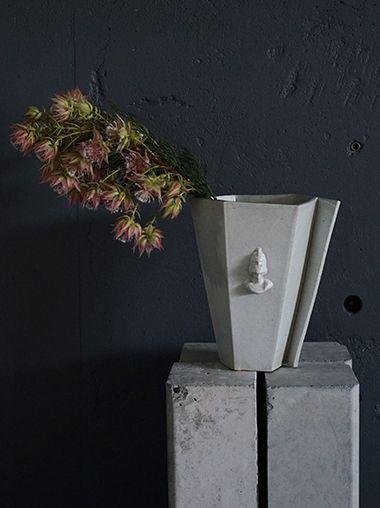 クラシックな美しさと日本の伝統をもつカタチをコンセプトにプロダクトするブランド NEUF JAPON (ヌフ ジャポン) のフラワーベース。ORIGAMI(折り紙)を型取ったような存在感のあるフラワーベースは、シンプルなデザインで折りの美しさが見事に表現されています。滋賀県甲賀市の信楽土を使用した白の陶器には、貫入が施されています。