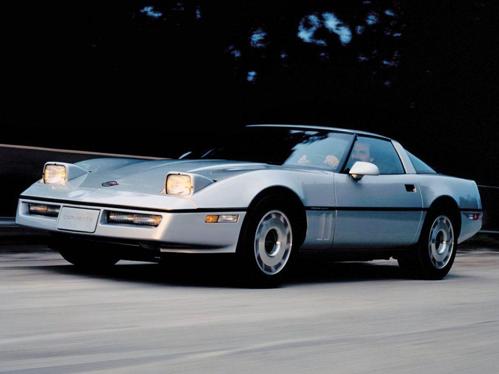 Chevrolet Corvette Sport Coupe 1984-1987 sur route phares allumés - photo Chevrolet | Auto Forever